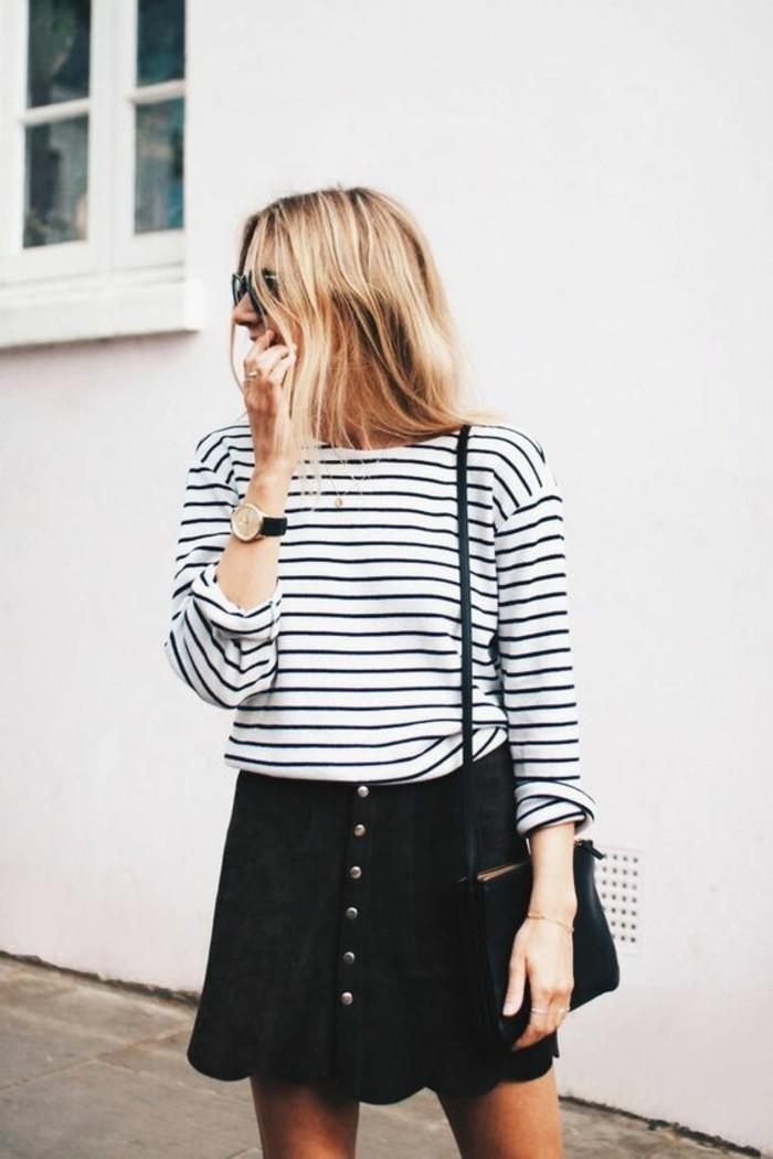 comment-porter-la-jupe-en-dame-de-couleur-noir-blouse-à-rayures-blancs-noirs