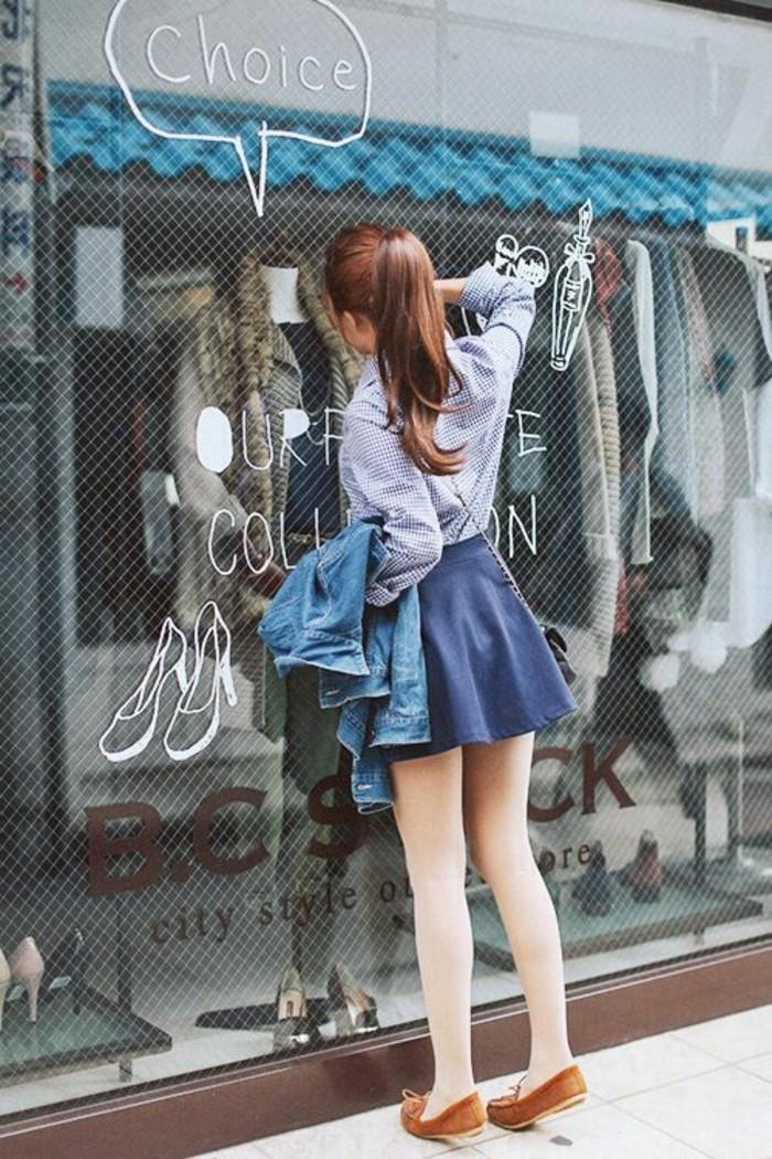 comment-porter-la-jupe-en-denim-en-combinaison-avec-chemise-tendances-de-la-mode-femme