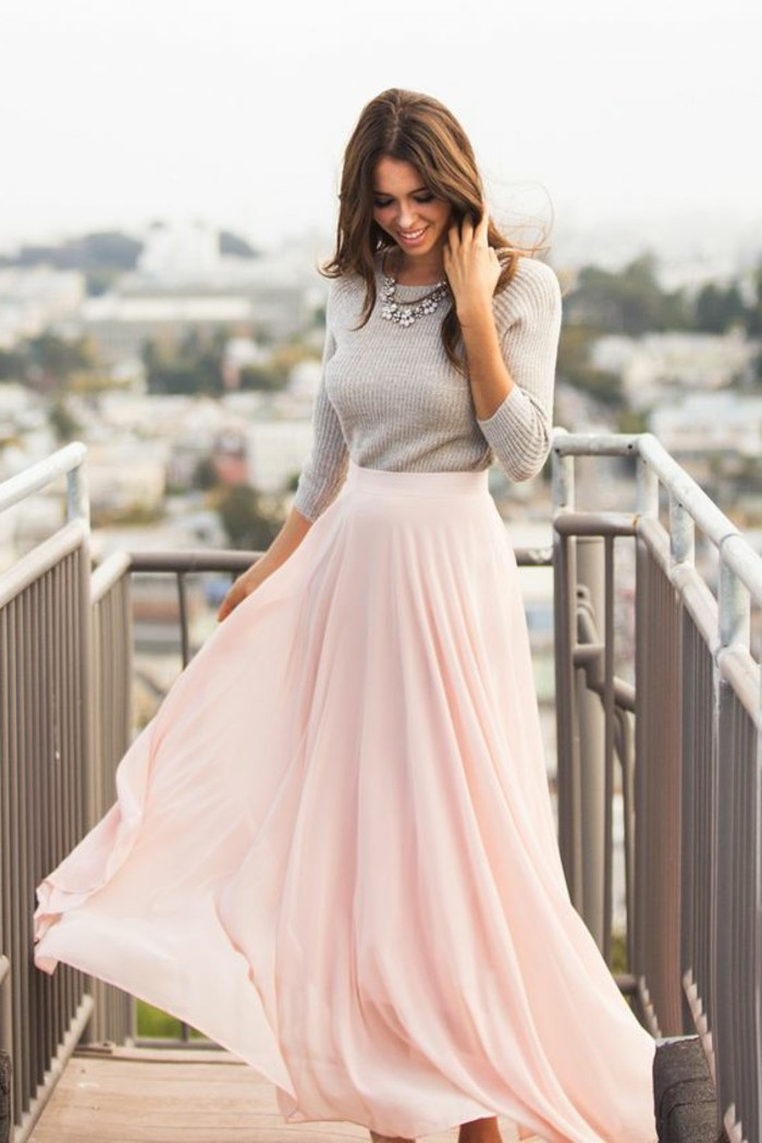 comment-porter-la-jupe-longue-en-rose-pale-blouse-beige-femme-tendances-de-la-mode