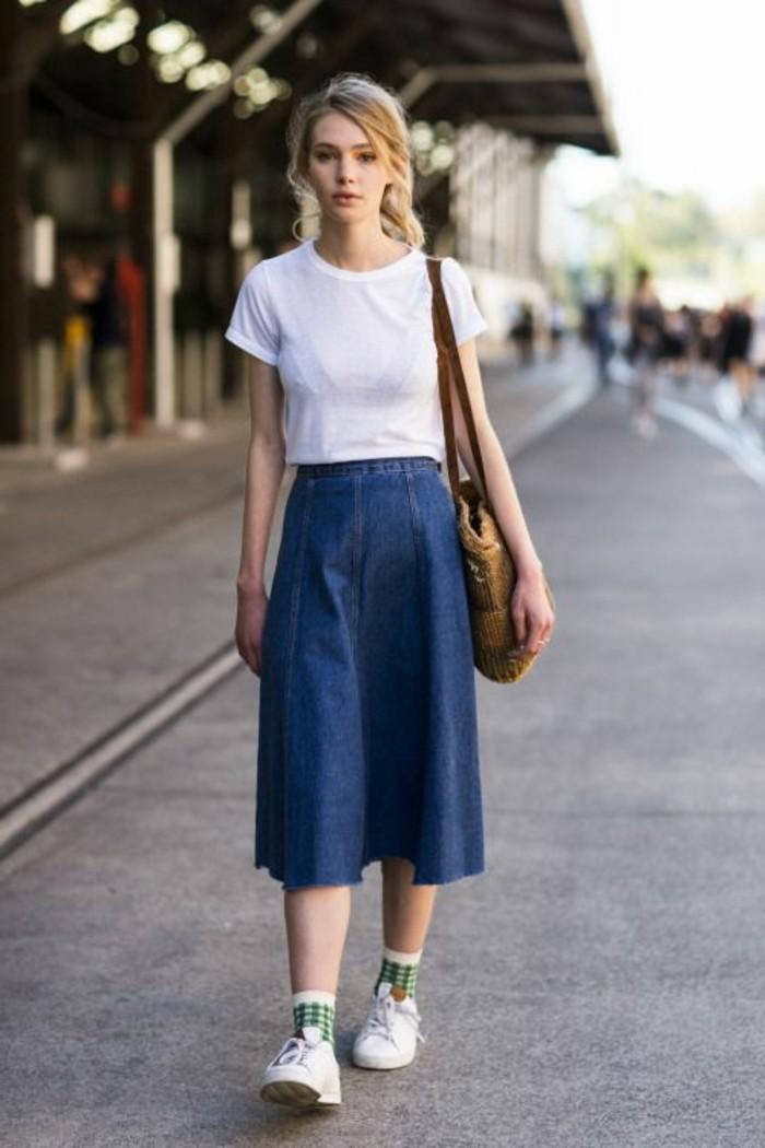 comment-porter-la-jupe-mi-longue-en-denim-sneakers-blancs-t-shirt-baln