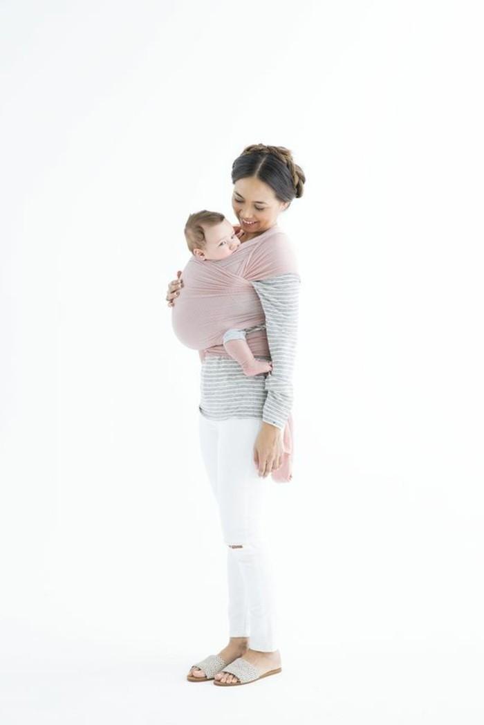 comment-porter-le-bebe-avec-un-echarpe-portage-bebe-en-echarpe-rose-femme