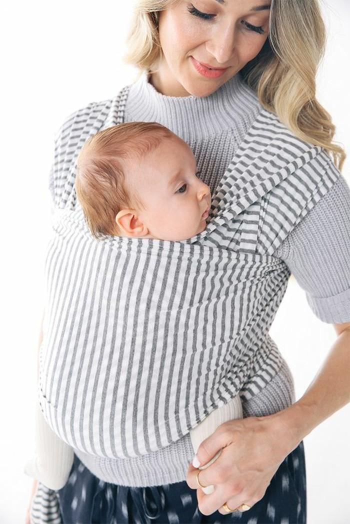 comment-porter-le-bebe-avec-un-echarpe-pull-gris-femme-echarpe-de-portage