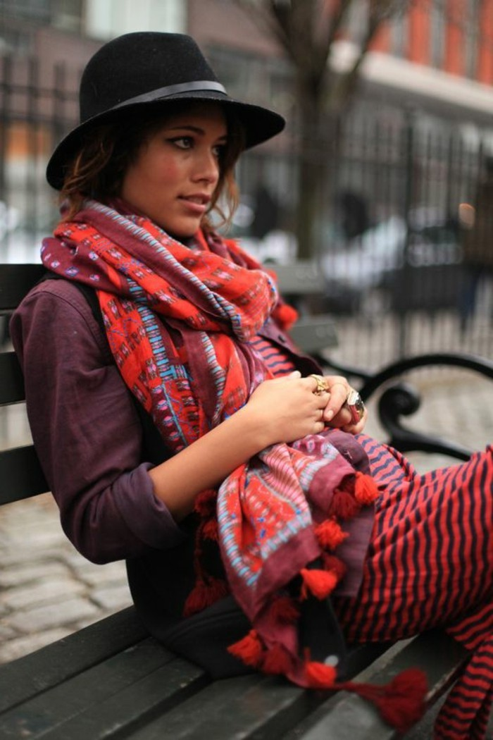 comment-porter-le-foulard-femme-coloré-chapeau-noir-femme