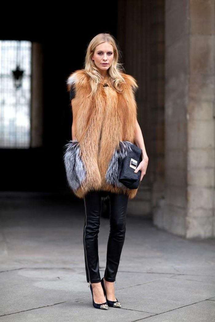 comment-porter-le-gilet-en-fourrure-pantalon-noir-escarpin-noir-sac-a-main-noir