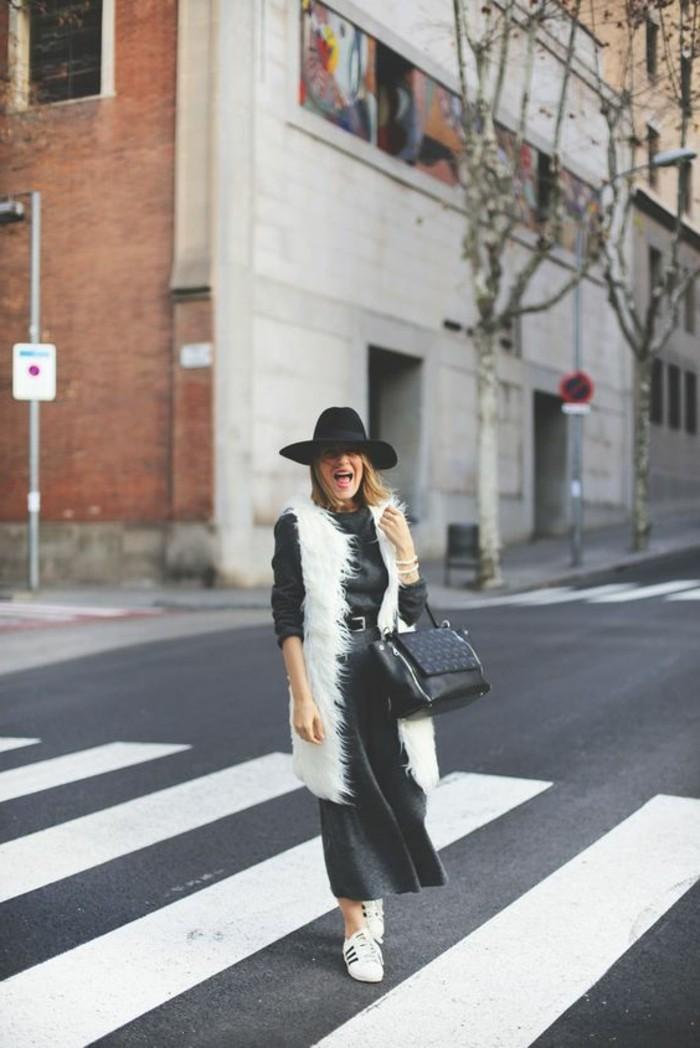 comment-porter-le-gilet-fourrure-blanc-jupe-mi-longue-grise-chapeau-noir
