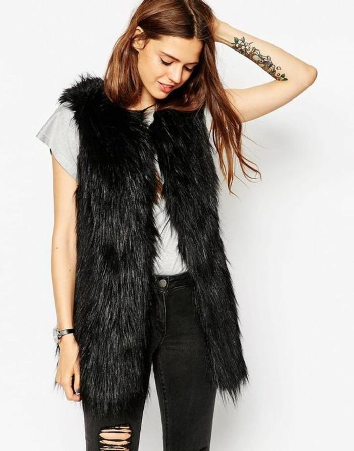 comment-porter-le-gilet-sans-manches-en-fourrure-noir-t-shirt-gris-denim-gris