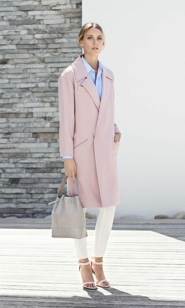 comment-porter-le-rose-pâle-pantalon-elegant-sandales-a-talons-rose-chemise-bleu-femme