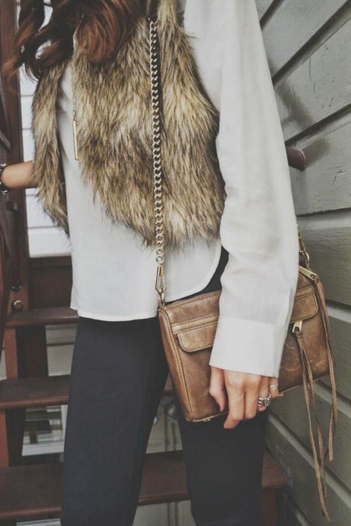 comment-porter-le-veste-fourrure-beige-pantalon-noir-sac-a-dos-femme-en-cuir-beige