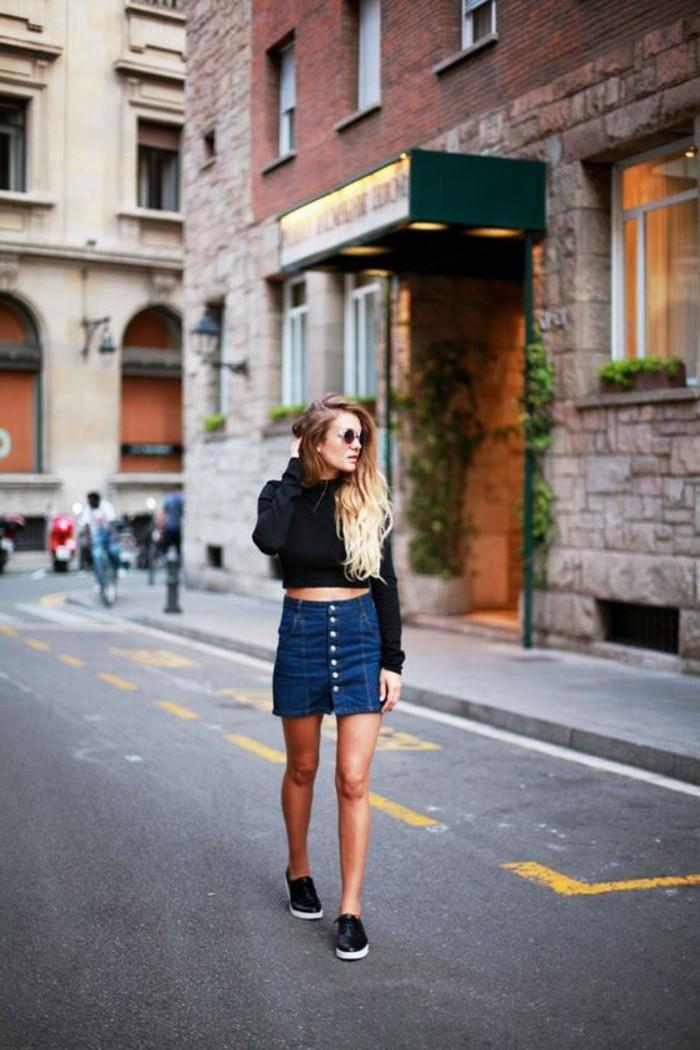 comment-porter-mini-jupe-jean-tendances-de-la-mode-femme-blouse-noir-cheveux-balayage