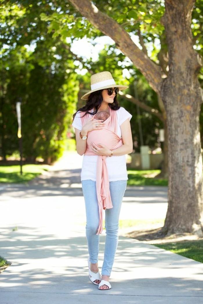 comment-porter-son-bebe-avec-echarpe-denim-bleu-clair-t-shirt-blanc