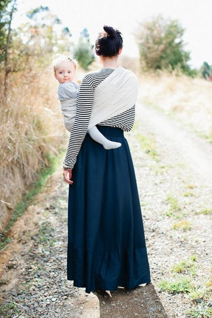 comment-porter-son-bebe-en-echarpe-écharpe-porte-bébé-robe-femme-bleu-foncé