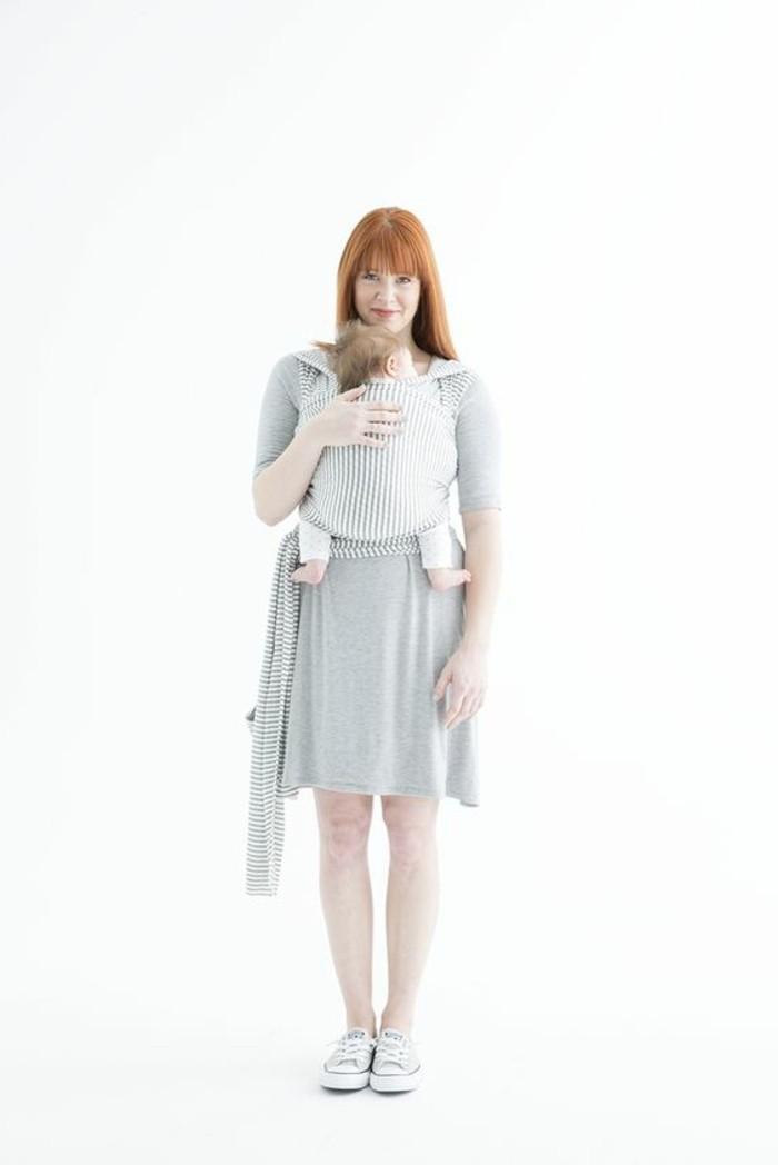 comment-porter-son-bebe-en-echarpe-femme-robe-grise-écharpe-porte-bébé-sneakers-gris