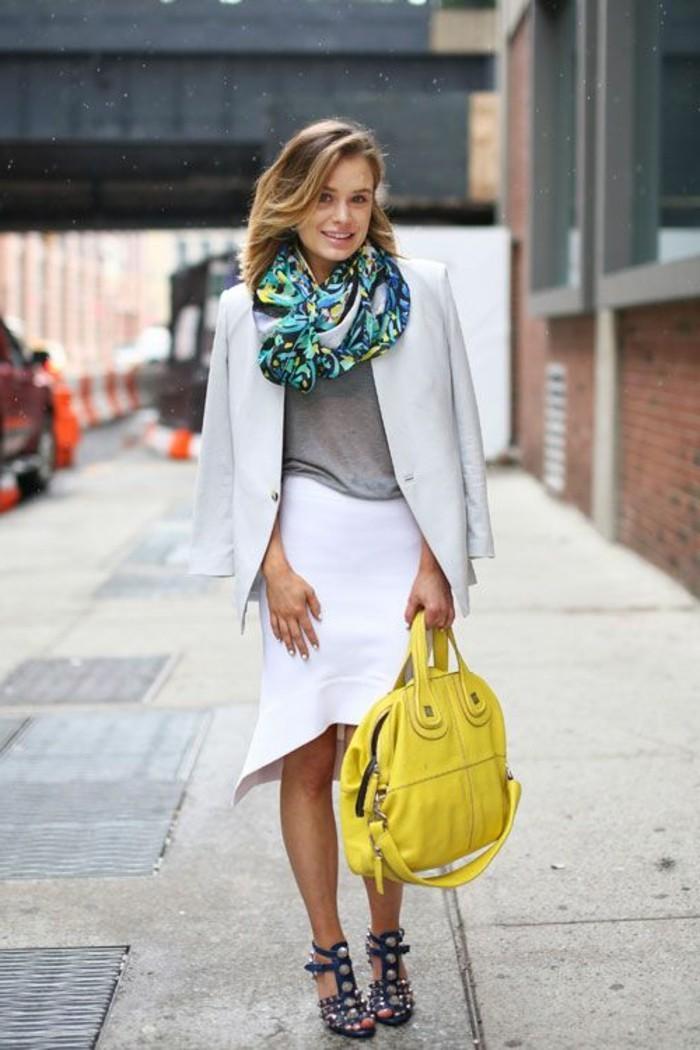 comment-porter-un-foulard-coloré-jupe-mi-logue-blanche-sac-a-main-jaune-t-shirt-gris