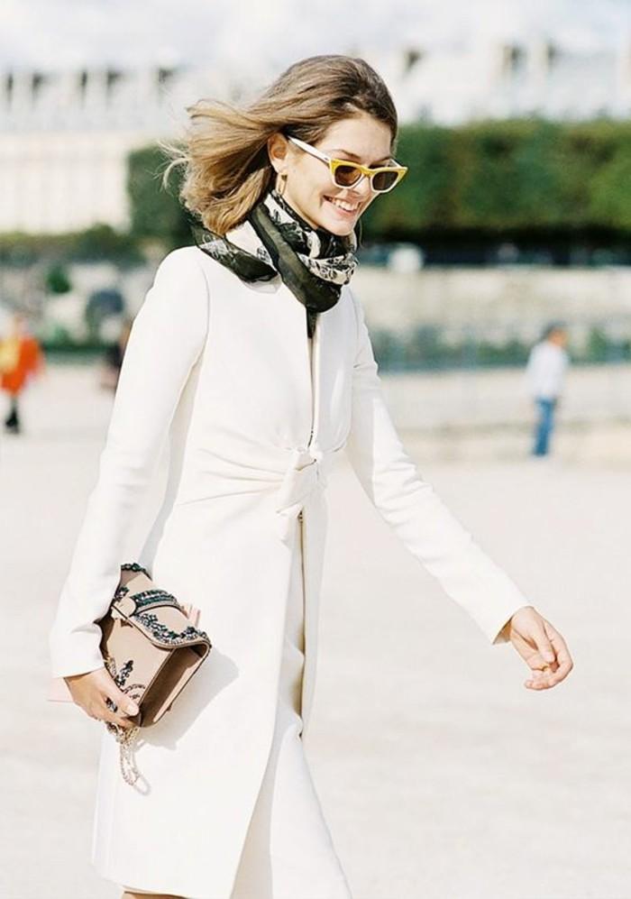 comment-porter-un-foulard-manteau-beige-longue-femme-avec-lunettes-de-soleil-jaunes