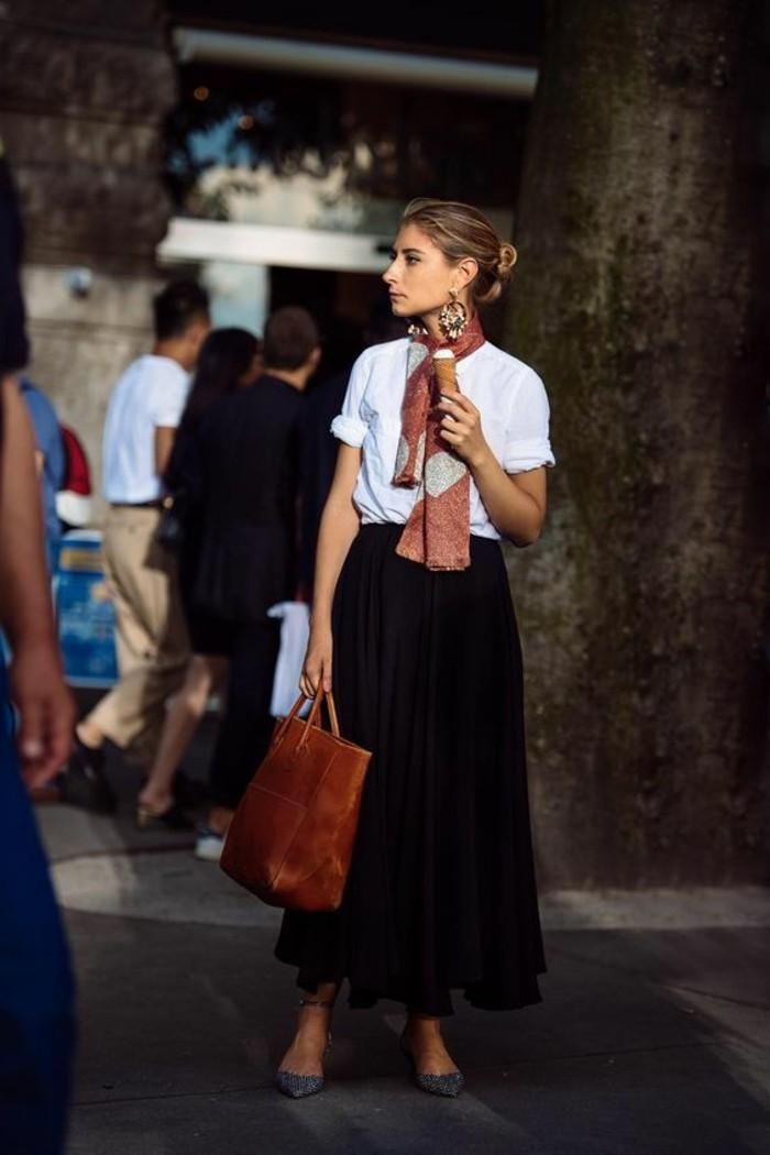 comment-porter-un-foulard-pendant-l-ete-jupe-longue-noire-femme-t-shirt-blanc