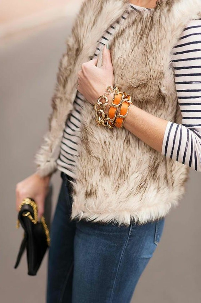 comment-porter-un-gilet-beige-en-fourrure-denim-bleu-foncé-veste-fourrure-femme