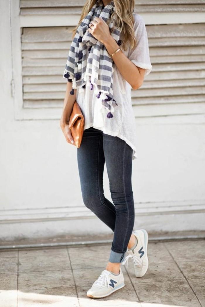 comment-porter-une-écharpe-été-t-shirt-blanc-long-femme-sneakers-new-balance
