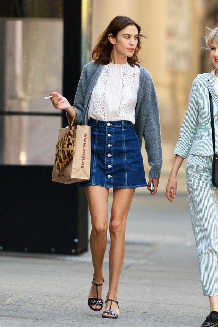 comment-porter-zara-jupe-denim-tendances-de-la-mode-top-blanc-sandales-femme-noires