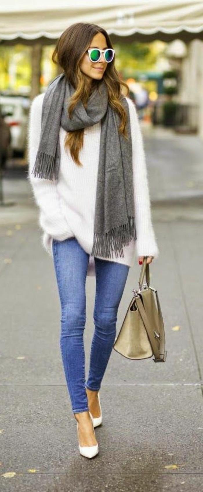 commentporter-une-echarpe-avec-du-style-denim-slim-bleu-clair-blouse-blanche