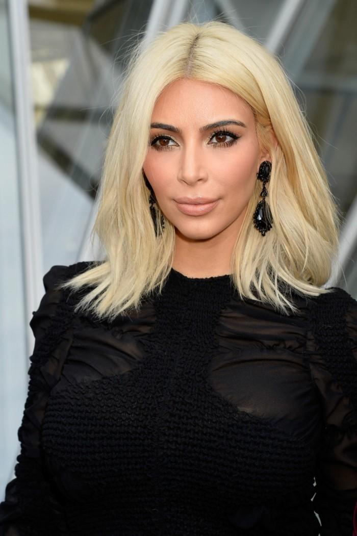 coupes-de-cheveux-kim-kardashian-blonde-mi-longs-cheveux