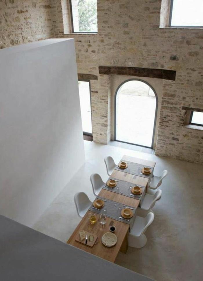 cuisine-avec-plafond-haut-et-meubles-de-cuisine-simples-et-epures