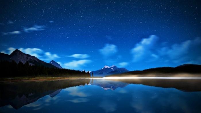 de-voir-le-ciel-nocturne-au-bord-d-un-lac