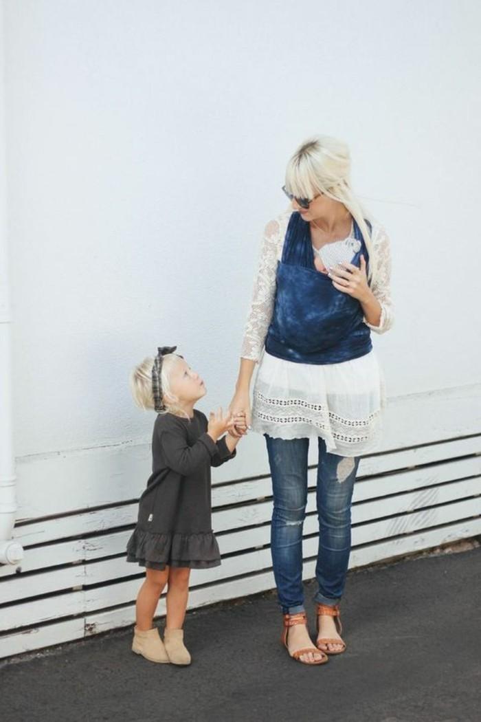 denim-bleu-maman-moderne-porte-bebe-kengourou-en-denim-chemise-blanche