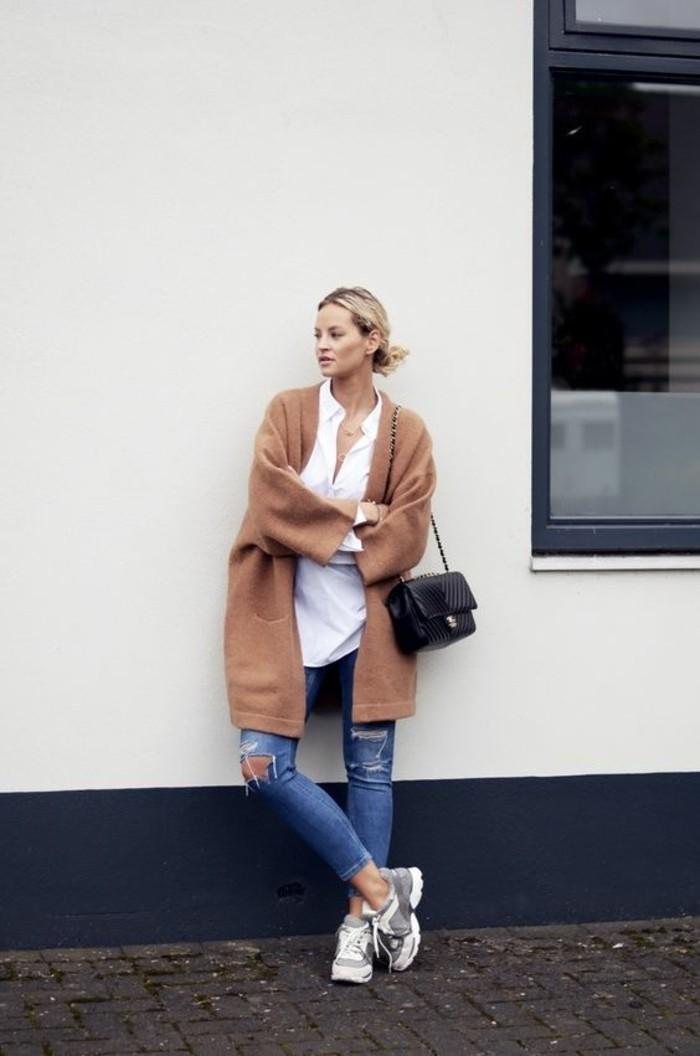 denim-déchiré-bleu-pour-les-femmes-modernes-chemise-blanche-manteau-beige