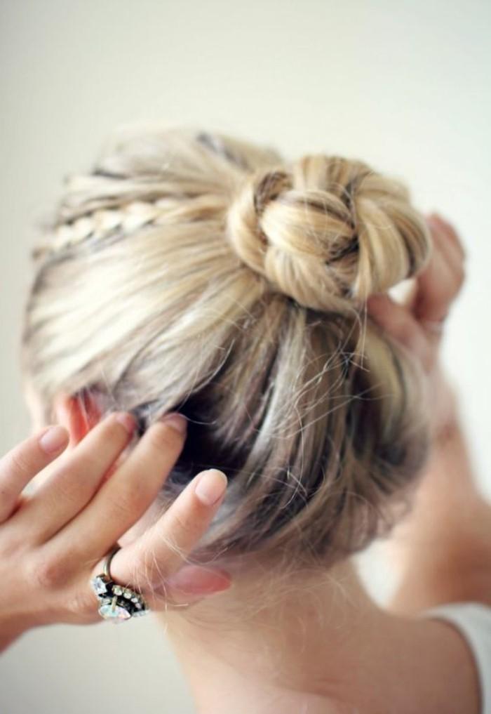 diy-idee-tuto-coiffure-cheveux-mi-longs-idée-de-coiffure-femme-moderne-cheveux-blonds
