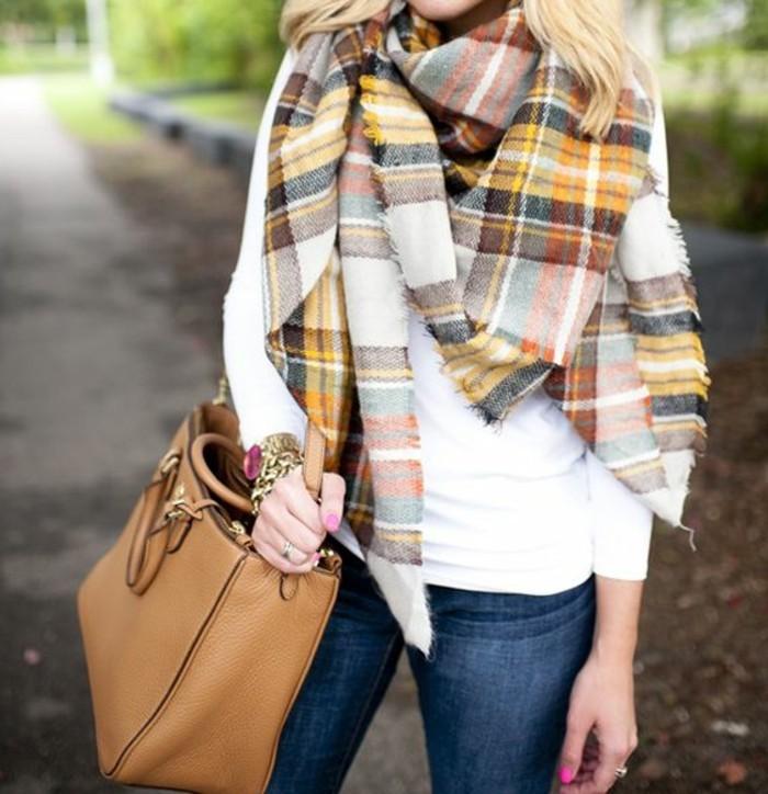 echarpe-femme-comme-un-accessoire-de-la-mode-femme-blouse-blanche-denim-bleu