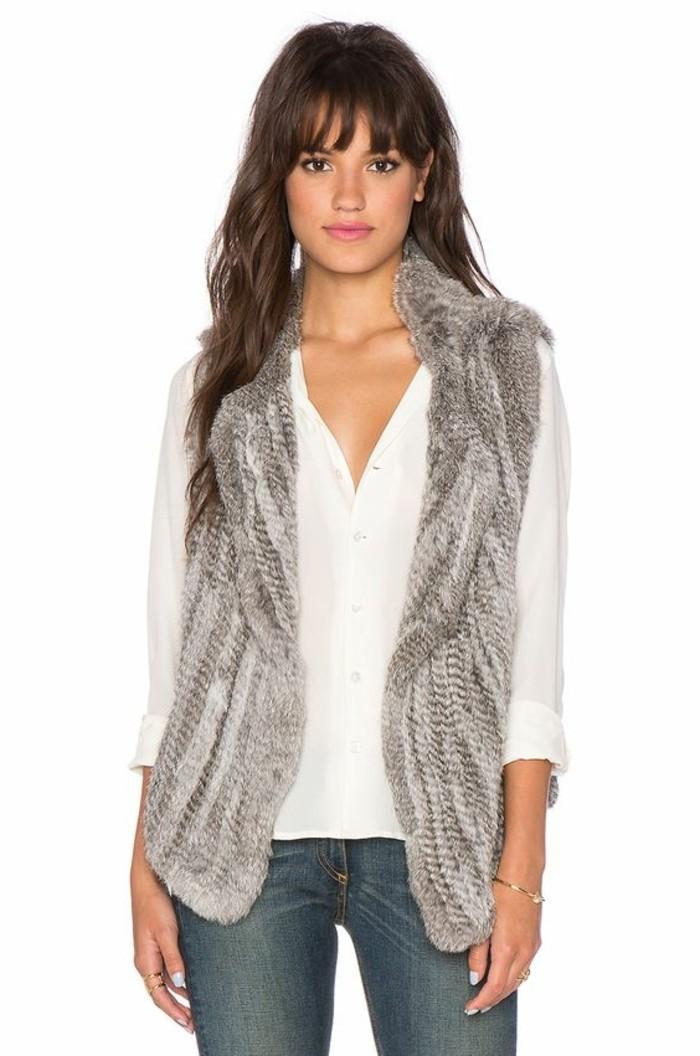 elegante-gilet-femme-gris-en-fourrure-gris-chemise-blanche-levres-roses-cheveux-marrons