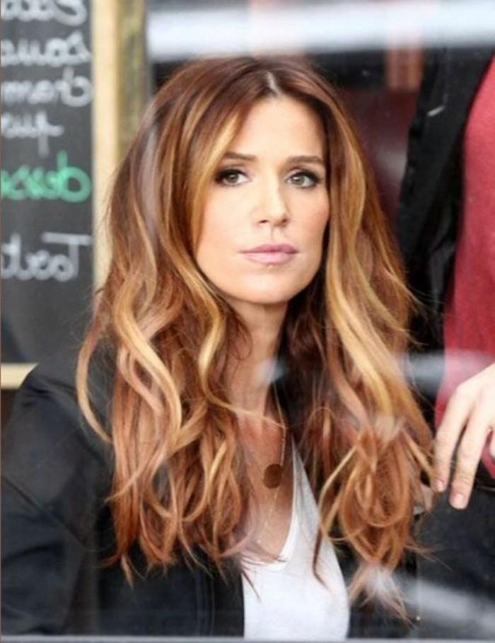 excellente-coiffure-avec-le-balayage-sur-cheveux-brun