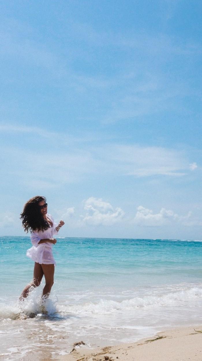 fantastique-tenue-de-plage-femme-bohème-chic-style-belle-au-bord-de-la-mer