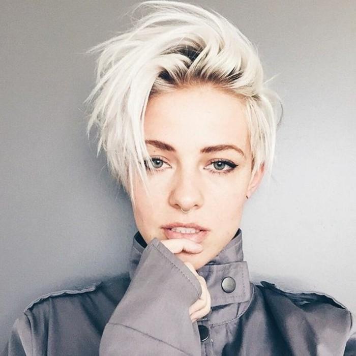 femme-blonde-coupe-de-cheveux-court-idée-jolie-coiffure