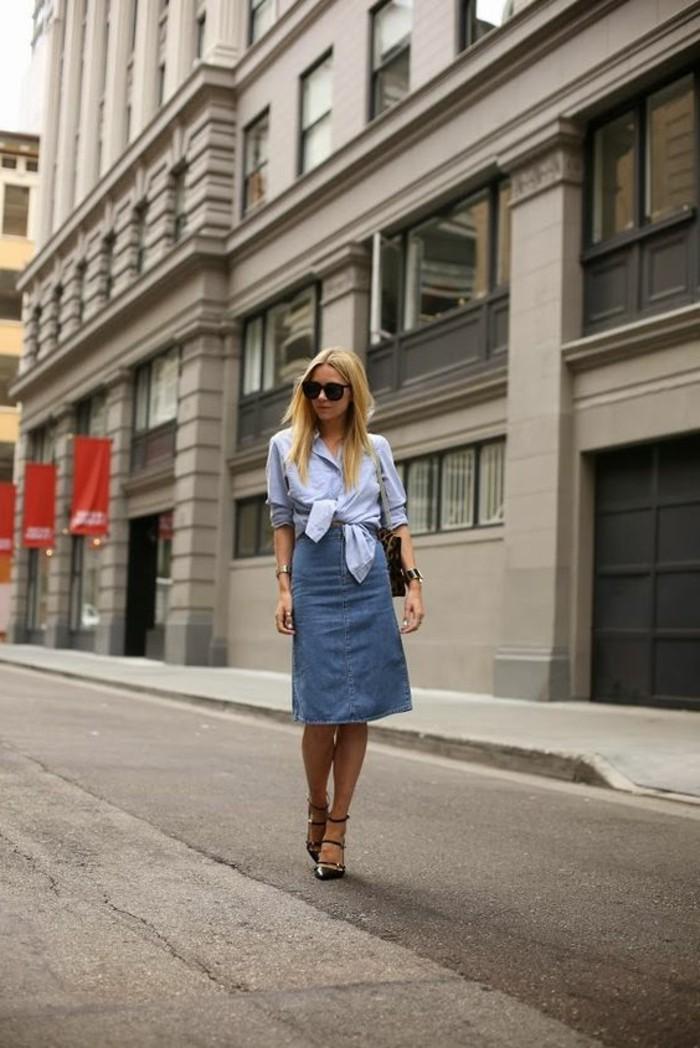 femme-elegante-avec-jupe-mi-longue-en-denim-chemise-bleu-talons-hauts-elegants