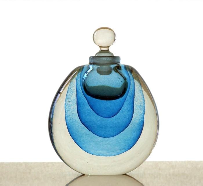 flacon-de-parfum-blanc-et-bleu-effets-ondulants-resized