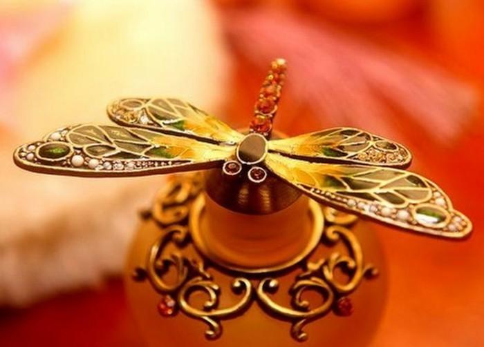 flacon-de-parfum-detail-du-capuchon-beau-insecte-resized
