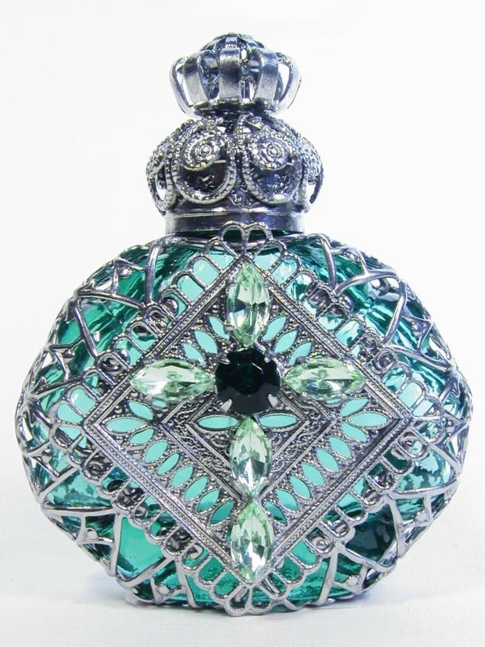 flacon-de-parfum-riche-en-motifs-resized