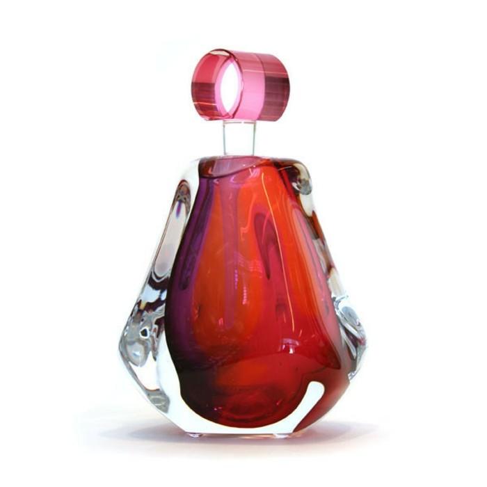 flacon-de-parfum-rouge-capuchon-rond-resized