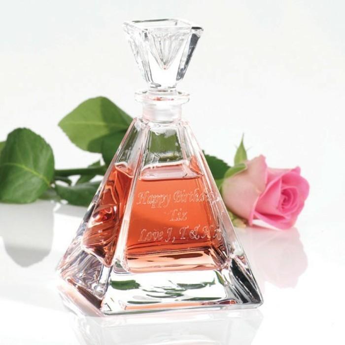 flacon-parfum-forme-pyramide-romantique-resized