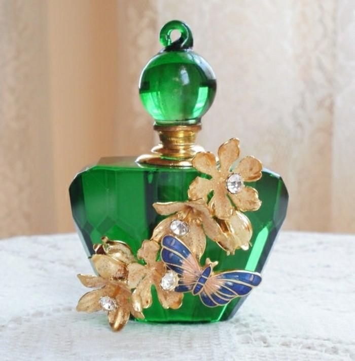flacon-parfum-vert-nature-et-papillons-en-vol-resized