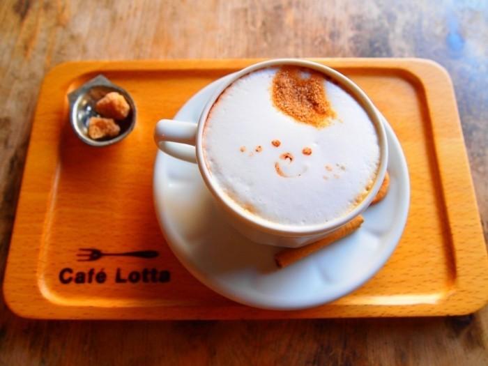 formidable-latte-macchiato-café-coloré-art-salut-journée-ensoleillé