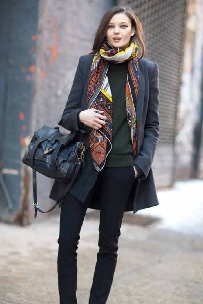 foulard-blanc-jaune-noir-femme-avec-manteau-gris-sac-a-main-en-cuir-noir