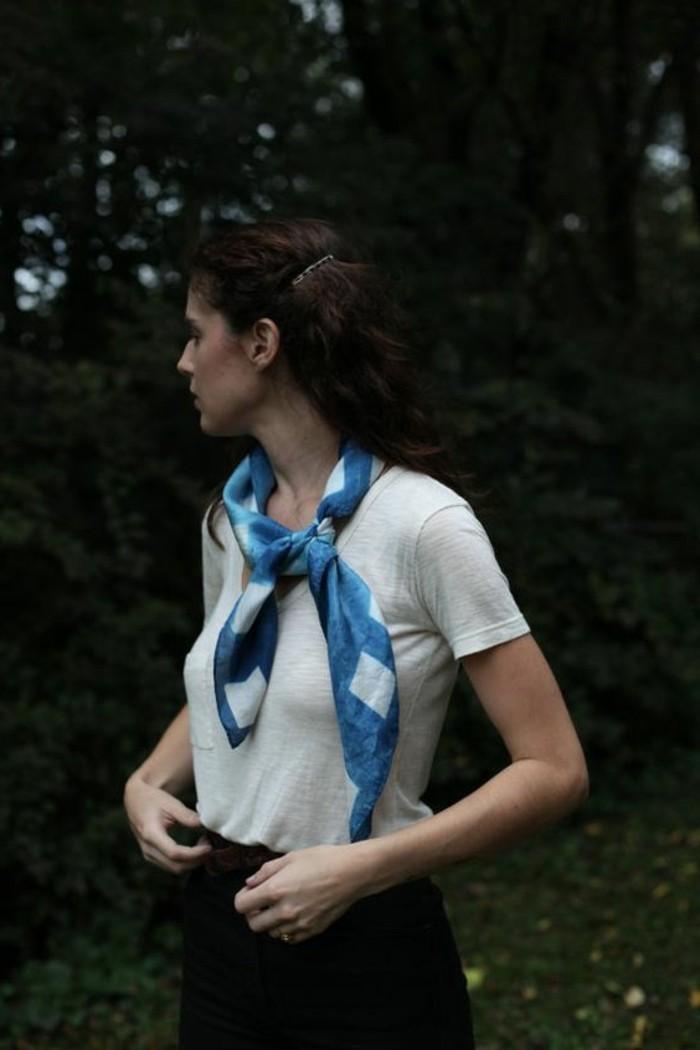 foulard-bleu-comment-porter-un-fulard-femme-pour-l-ete-t-shirt-beige
