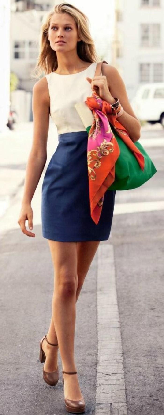 foulard-comme-un-joli-accessoire-de-la-mode-jupe-bleue-blanc-sac-a-main-vert