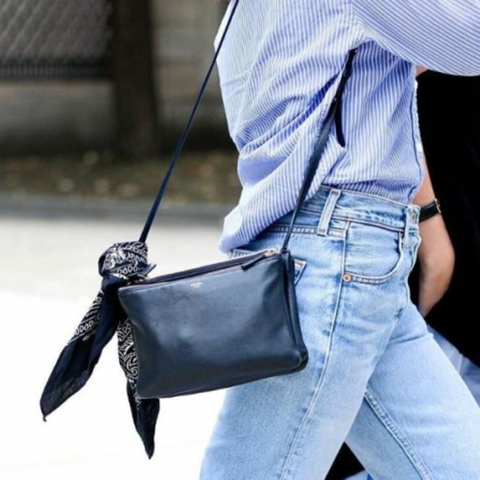 foulard-comme-un-joli-accessoire-sur-les-sacs-bandoulieres-femme-en-cuir-noir-denim-bleu-clair