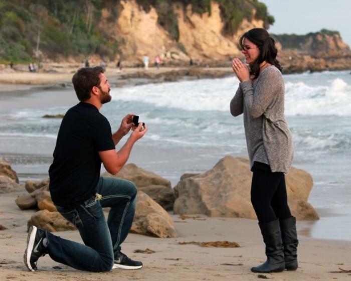 frais-demande-en-mariage-romantique-et-originale-au-bord-de-la-mer