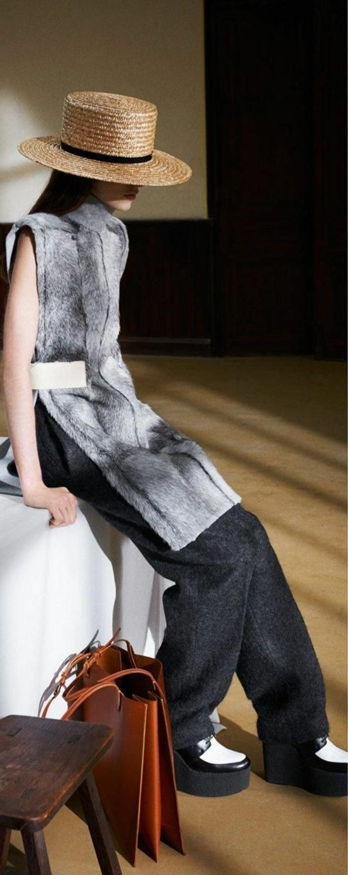 gilet-en-fourrure-gris-comment-porter-le-gilet-gris-pantalon-gris-femme-chapeau-rotin