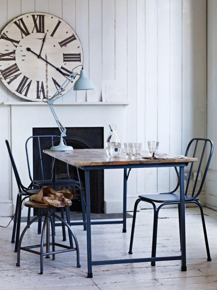 grande-horloge-murale-bureau-et-chaises-industrielles
