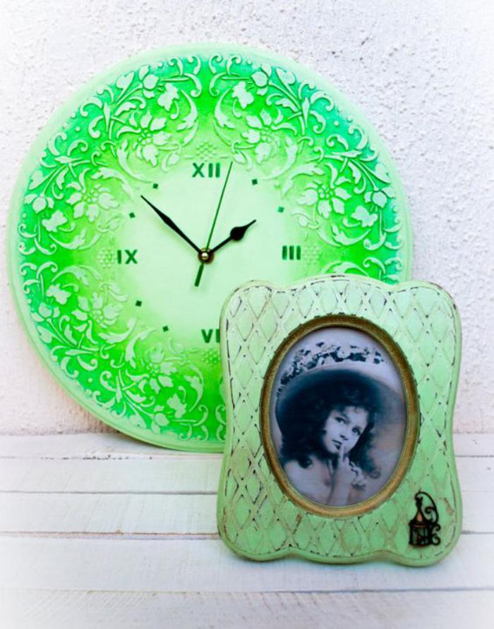 grande-horloge-murale-en-vert-et-blanc